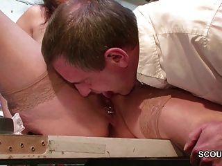 Mãe alemã em meias seduzir a foder no trabalho