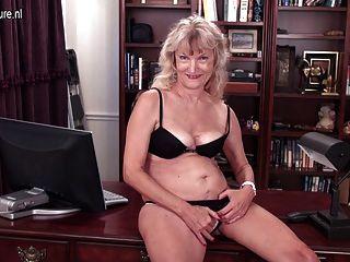 Velha avó ainda é uma prostituta suja