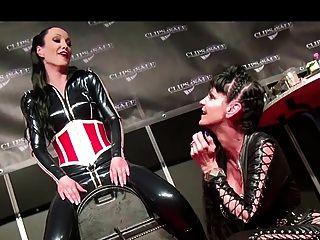 Orgasmo em um sybian em show ao vivo