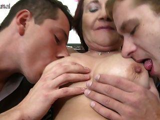 Velha mãe fode dois rapazes