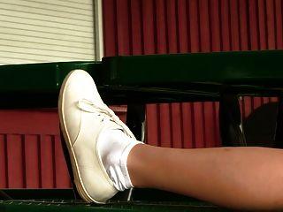 Chasity do líder da claque nas sapatilhas dos keds e em meias brancas