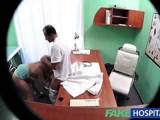 Fakehospital loira com bochechas agradáveis recebe um exame completo