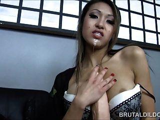 Asiático com um grande dildo brutal