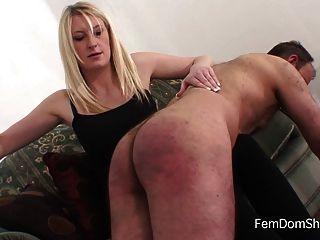 Extrema sobre o joelho palmada femdom