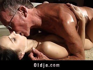 Teeny perfurado por dois dicks velhos um oral um vaginal
