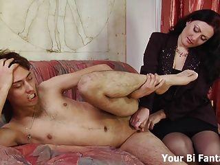 Curvar-se e deixar mamãe dar-lhe uma massagem da próstata