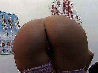 Paciente sexy recebe seus grandes titties cobertos com seus médicos sêmen