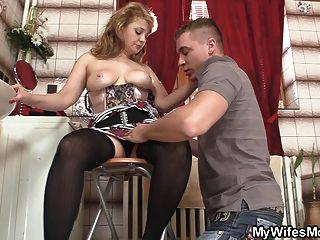 Mamã quente nas meias monta sua carne grande