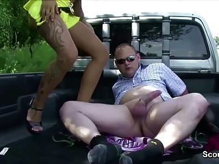 Prostituta rua jovem alemão fodido por homem mais velho para o dinheiro