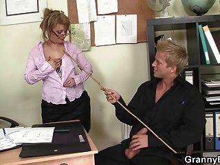 Sexo de escritório com mulheres velhas encantadoras