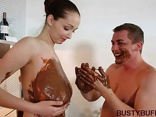 Busty buffy fodido entre maciço choco juggs