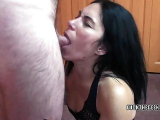 Slutty housewife cleo leroux está engolindo um pau duro