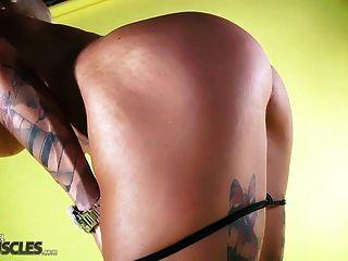 Mulher músculo quente mostra fora de seu corpo