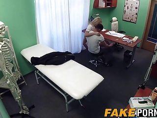 Enfermeira loira deixa seu paciente fodê-la como ele quer