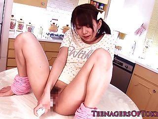 Impressionante asiático adolescente fica brincando no extremo