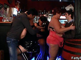 Seios enormes bbw se divertir no bar