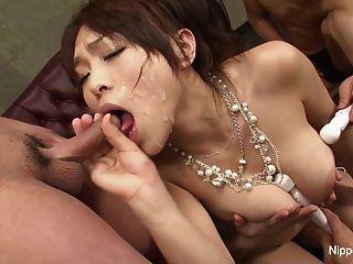 Jovens busty asiática experiências um cum dripping blowbang