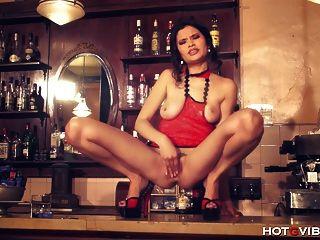 Busty asiática squirting no bar