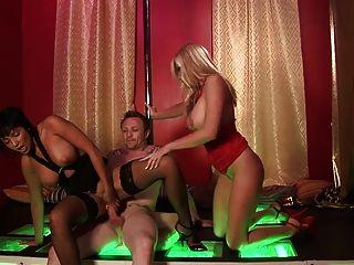 Big boobs milfs desfrutar ficando ravished hardcore em um sexo trio