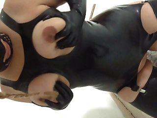 Latex slut esposa ordenha seus peitos escravo