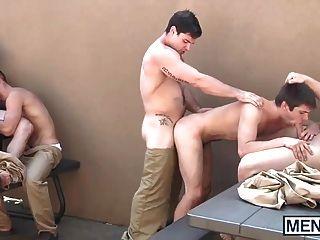 Gays têm uma orgia no quintal da prisão