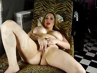 Mamãe lábia grossa com bunda grande e grandes peitos falsos