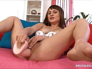 Garota gorducha grande rebentando seu bichano com um dildo grosso