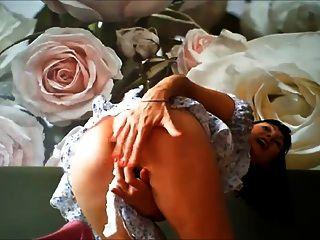 Milf muito excitada masturbando na webcam