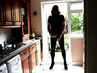 Sexy crossdresser alison butt plug e cum na cozinha