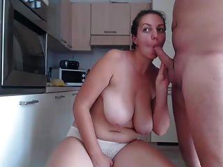 Garota gordinha é fodida na cozinha