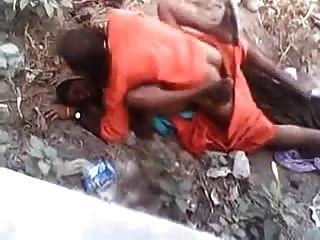 Baba fazendo sexo rápido com a senhora da aldeia, enquanto apanhado