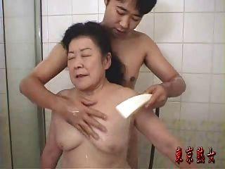 Avó japonesa desfrutando de sexo