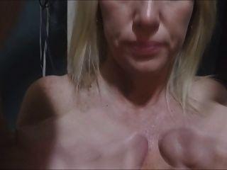 Esposa adora esfregar as coxas juntos e fazê-los cum