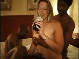 Mulher loira amadora quente é fodida por bbcs