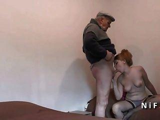 Adolescente francês bonito fodido em threeway com o homem velho