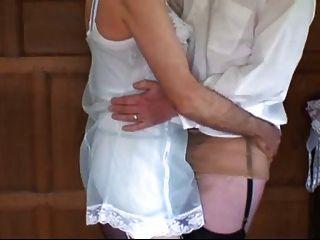 Dois homens vestir-se e jogar em nylon lingerie