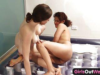 Meninas para fora ocidental massagem nuru lésbica e covarde lambendo lambendo