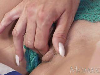 Mom horny milf tem sua maneira horny com grandes mamas naturais