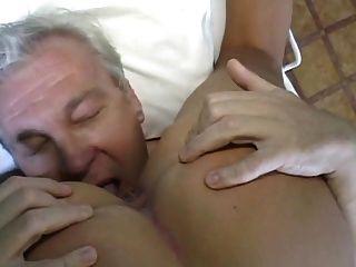 Linda enfermeira loira tratamento paciente do sexo masculino