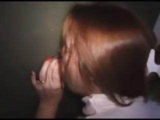 Esposa em gloryhole recebe uma carga