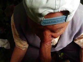 Vovô de 80 anos suga na floresta