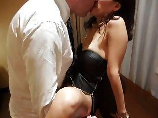 Mulher asiática emprestada ao chefe