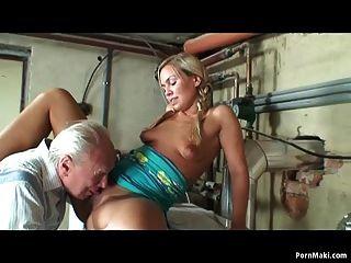Vovó masturbates enquanto vovô fode um adolescente louro