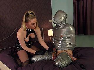 Amante bate o escravo embrulhado