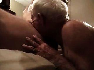 Vovô de cabelos grisalhos suga pau enorme e obtê-lo em seu traseiro