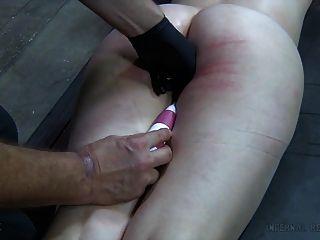 Menina cativa usada em uma cela para visitas conjugais