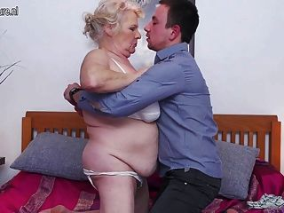 Grande avó ama foder e chupar seu menino de brinquedo
