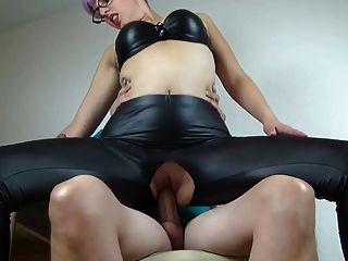 Amador babe fodido através dela calças de couro