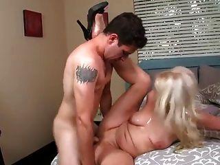 Garota loira fodida por seu menino de brinquedo