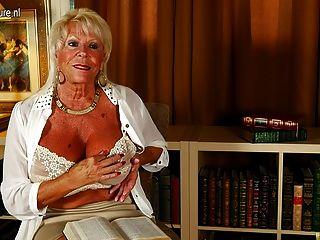 A avó americana quente mostra a cremalheira grande e começa-se molhada